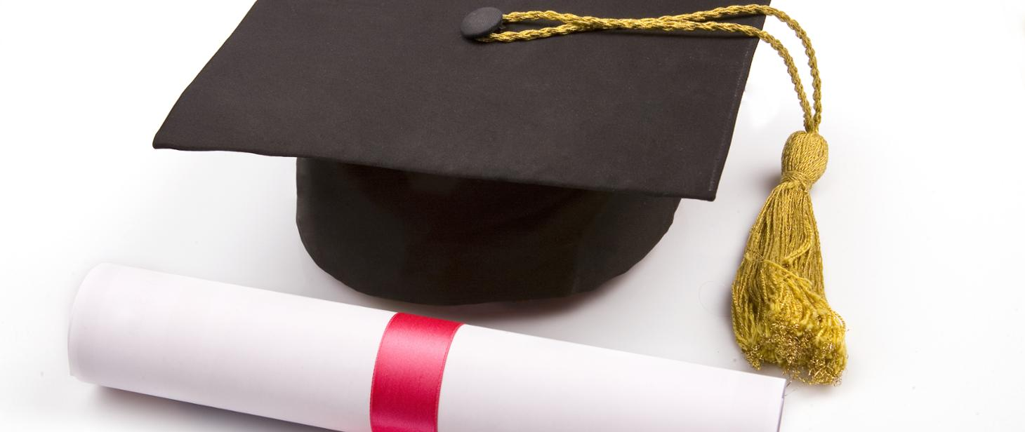 Studencki biret i zwinięty dyplom